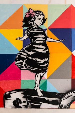 graffiti of balancing girl 에디토리얼