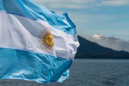 背景の山々 とアルゼンチン国旗