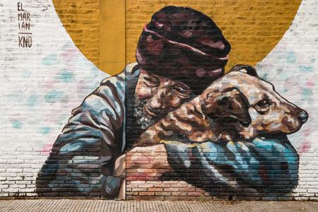 Graffiti bezdomny trzyma psa