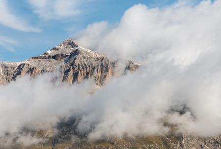 Umkehrung der Wolke um den Piz Boe-Gipfel in den Dolomiten, Italien Standard-Bild - 87727668