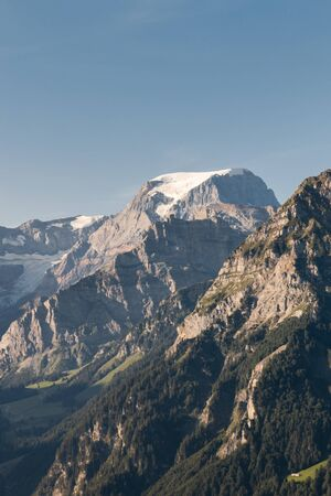 Picco di Piz Russein e ghiacciaio di Biferten nelle alpi di Glarona, Svizzera, con lo spazio della copia e il cielo blu Archivio Fotografico