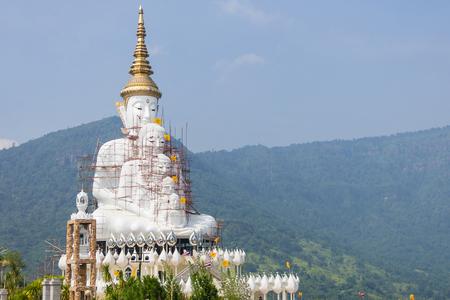 Buda blanco en phasornkaew templo phasornkaew en la naturaleza. estatua de buda blanco con vista al atardecer Foto de archivo - 77666009
