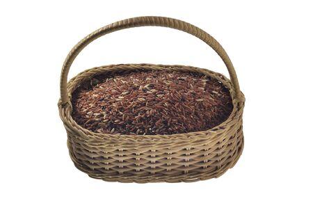 whithe: arroz integral en la cesta de bamb�, aislado en fondo blanco