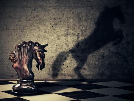 ajedrez: Caballo de ajedrez con �l salvaje sombra caballo en dos patas