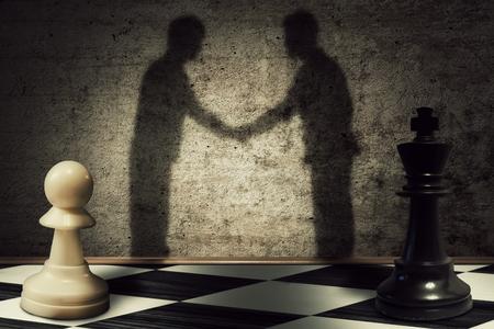 liderazgo empresarial: peón de ajedrez y rey ??de pie en un frente a otro con su sombra se transforman en hombre de negocios dando apretón de manos. paz jerarquía de negocio