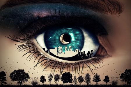 Illustration eines gemalten, blauen Frau Auge mit einer Stadt im Inneren Blick auf wilde Natur mit Bäumen und Vögeln unter einem Sternenhimmel mit einem neuen Mond fliegen Standard-Bild