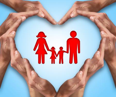 convivencia familiar: Manos hacen con forma de coraz�n con una familia en el centro. El amor y el concepto de protecci�n. Seguro para la familia