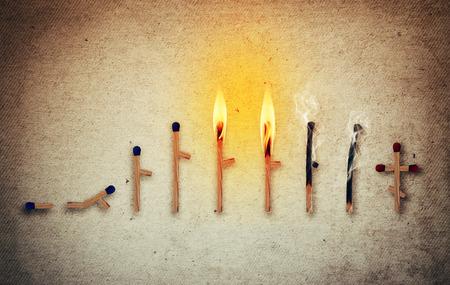 Matches symbolisant le cycle de la vie humaine dans les différents âges de la naissance à la mort. Les étapes du développement et le temps qui passe le concept Banque d'images