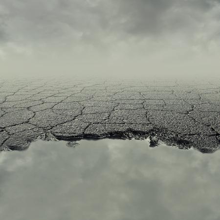汚れた水の水たまりで壊れた割れたアスファルト舗装の路面の穴画像。道路損傷リスクと保険コンセプトカー。