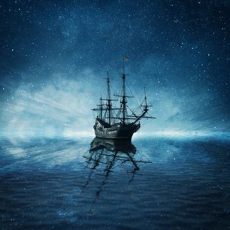 Un barco pirata fantasma que flota en un oscuro paisaje de mar azul frío con un fondo de cielo estrellado y la reflexión del agua.