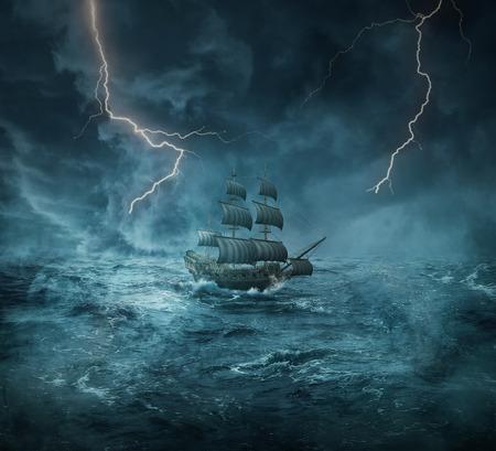 Vintage, alte Schiff verloren im Meer in einer stürmischen Nacht mit Blitzen in den Himmel. Abenteuer und Reise-Konzept Standard-Bild