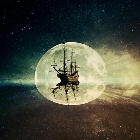 Vintage, viejo barco flotante en el océano flotando en una noche de luna cielo estrellado de fondo. Aventura y el viaje concepto