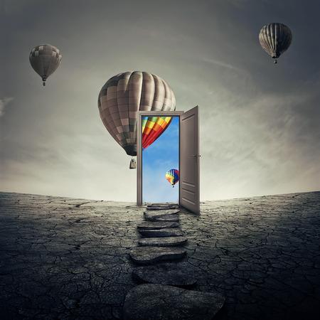 別のより良いとカラフルな世界に開かれたドアに行く乾燥、ひびの入った砂漠の地面に沿って機会の経路。成功のシンボルへの道。もう一つの現実