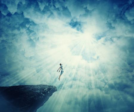 viajes astrales muchacho joven, mística condición psicoquinesia estado de éxtasis. Demostración mágica energía del alma ilusión humana. lugar misterioso en las nubes