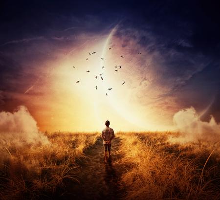 Garçon marchant sur un cpathway avec une humeur détendre, après un groupe d'oiseaux à l'horizon de l'espace. Way of life concept