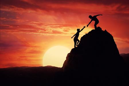 岩の上の登山者、日没、一人で山の手を与えると上昇に貢献。ユーザフレンドリ ・ アシスタンスと危険な状況でサポート。