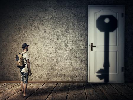 部屋のドアにキー形状影を落として人のシルエット。人間として魔法の変換を象徴する概念のイメージがクローズされたすべての鍵のドアです。人 写真素材