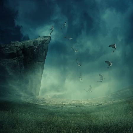 少年、崖の端からジャンプしながら彼の翼が成長し、飛ぶために落ちて。アストラル旅行、神秘的な歓喜状態の念力。魔法の魂のエネルギーは、人 写真素材