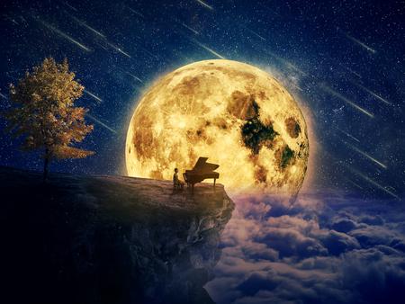 少年は、彼のピアノと崖の割れ目の端に立っているミュージシャンに夜のシーン。満月の夜背景に自然の中心で音楽のインスピレーションを待って