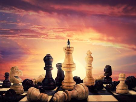 ビンテージ チェス盤の上に巨大なチェスの数字が散在してください。