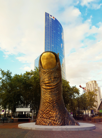 Giant thumb monument to the finger near the shopping center La Defense, Paris, France. Zdjęcie Seryjne - 91744080