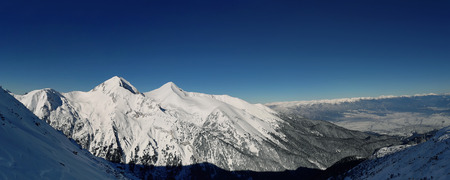 Pirin mountains winter snow peaks panorama with clear blue sky in Bansko, Bulgaria. Zdjęcie Seryjne - 119620449