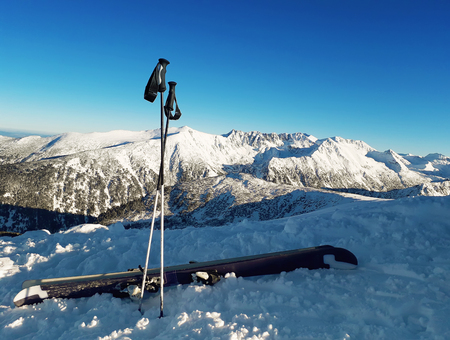 Ski equipment on the top of Todorka peak with a view to snow covered Pirin Mountains. Zdjęcie Seryjne - 119620156