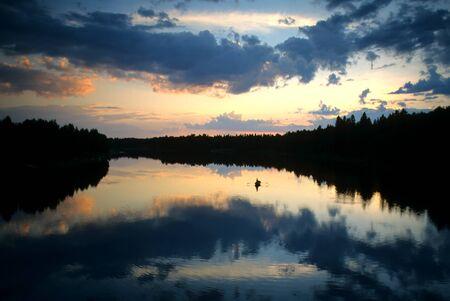 夕暮れ時、湖で夜釣り 写真素材