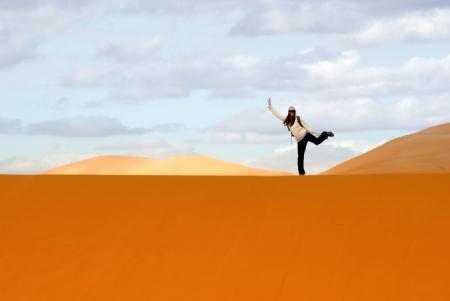 desierto del sahara: Equilibrio simpático mujer en las dunas en el desierto del Sahara Foto de archivo
