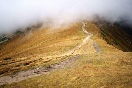 혼자 남자는 산에 구름에 앞서가는