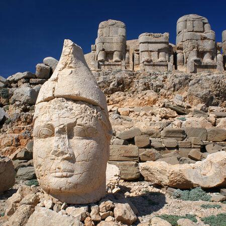 터키에서 Nemrut 산에서 머리 동상