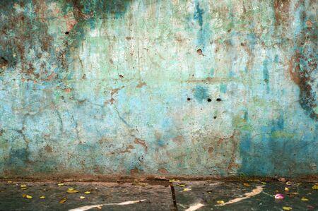 通りに汚れた青い壁 写真素材