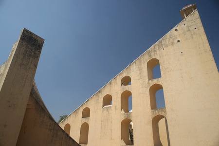 reloj de sol: Detalle de la torre de reloj de sol gigante llamado Jantar Mantar coloca en Jaipur, India Foto de archivo