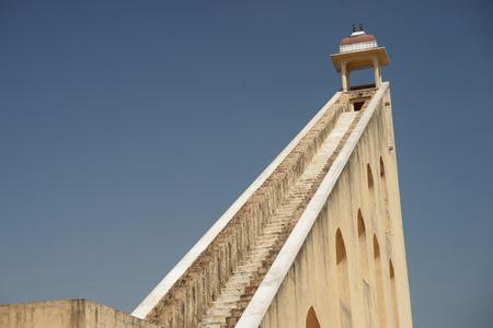 reloj de sol: Sun-dial torre de Jantar Mantar, en Jaipur, India
