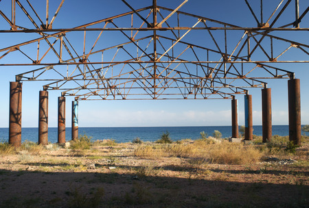 복도의 오래 된 녹슨 구조 스톡 콘텐츠