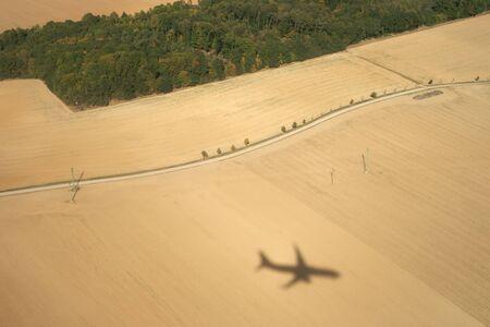 지상에 비행기의 그림자 스톡 콘텐츠