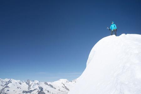 Weissmies의 높은 산의 정상에 등산객 여자