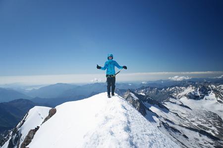 アルパイン mounain の頂上に幸せな女は。成功の感じ。