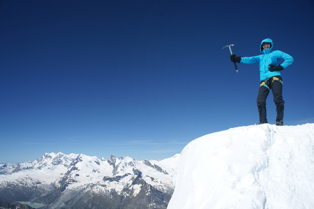 若い女性の登山者が山の頂上に到達