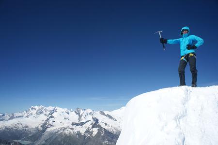 젊은 여성 등산가가 산 꼭대기에 도달 스톡 콘텐츠