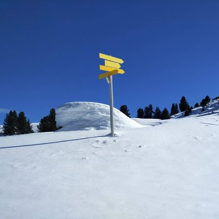 黄色は、雪の風景印の経路 写真素材