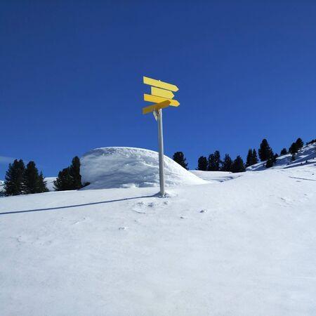 눈 덮인 풍경 속의 노란색 표지판 통로
