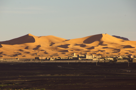 mares: El pueblo de Merzouga en Marruecos con majestuosos mares de dunas formadas por la arena arrastrada por el viento.