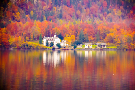 Ebankment of Hallstatt lake reflections at autumn, Unesco, Hallstatt in Austria Banque d'images
