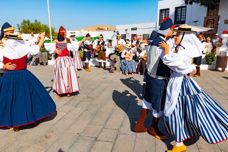 Lanzarote, le 15 décembre 2018 - Des personnes habillées traditionnelles lors d'un spectacle folklorique dans la vieille ville de Teguise sur l'île de Lanzarote sur les îles Canaries en Espagne.