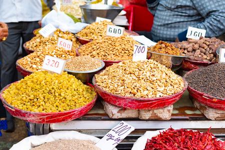 Épices traditionnelles, fruits secs et noix dans le bazar épicé local à New Delhi, Inde