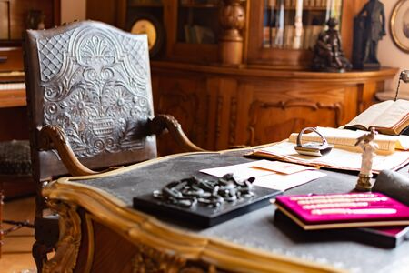 Radun Castle, Czech Republic, 7 April 2019 - Classic Old Office Room with beautiful wooden chair and huge table 新聞圖片