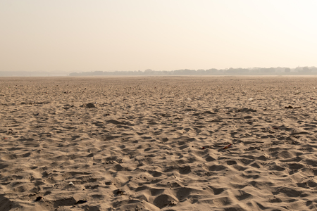 The other side of the Ganges with sand dunes, Land of the dead, Varanasi, India 스톡 콘텐츠