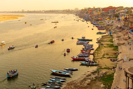 Varanasi Ganges river ghat avec l'architecture de la ville ancienne vue depuis un bateau sur la rivière au coucher du soleil Banque d'images