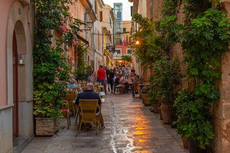 Vue de nuit ou d'heure bleue d'une rue étroite dans la vieille ville d'Alcudia, Majorque, Espagne